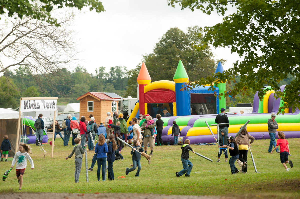 Children play during the 17th Annual Ohio Pawpaw Festival at Lake Snowden. (Yi-Ke Peng/WOUB)