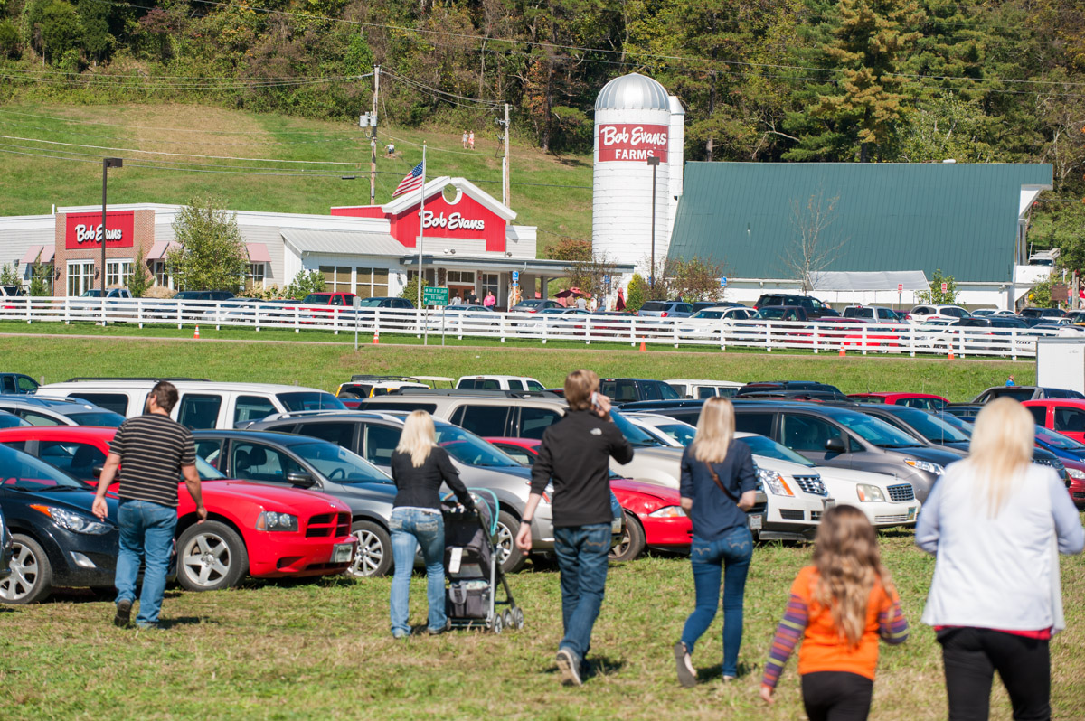 Festival goers arrive at the 45th annual Bob Evans Farm Festival at the Bob Evans Farm in Rio Grande, Ohio, on Sunday, Oct. 11, 2015. The three-day festival featured handmade arts and crafts, farm contests, local food, demonstrations and musical performances. (Yi-Ke Peng/WOUB)