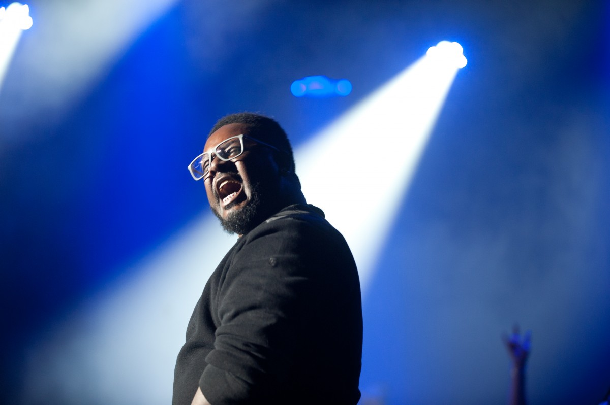 T-Pain performs in front of a sold out show on the Ohio University campus at the Templeton-Blackburn Alumni Memorial Auditorium Saturday night. (Mark Clavin/WOUB)