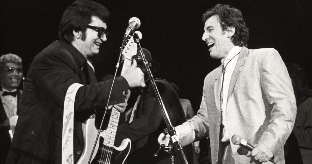 """A photo of Roy Orbison's interaction with Bruce Springsteen during his historic """"Roy Orbison and Friends: a Black and White Night"""" concert. (twitter.com/ROYORBISON)"""