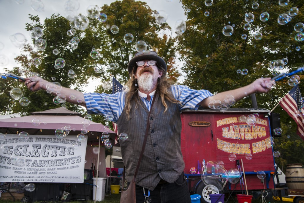 Professor Bubblemaker puts on a show at The Pawpaw Festival on Saturday, September 16, 2017. (Erin Clark/WOUB)