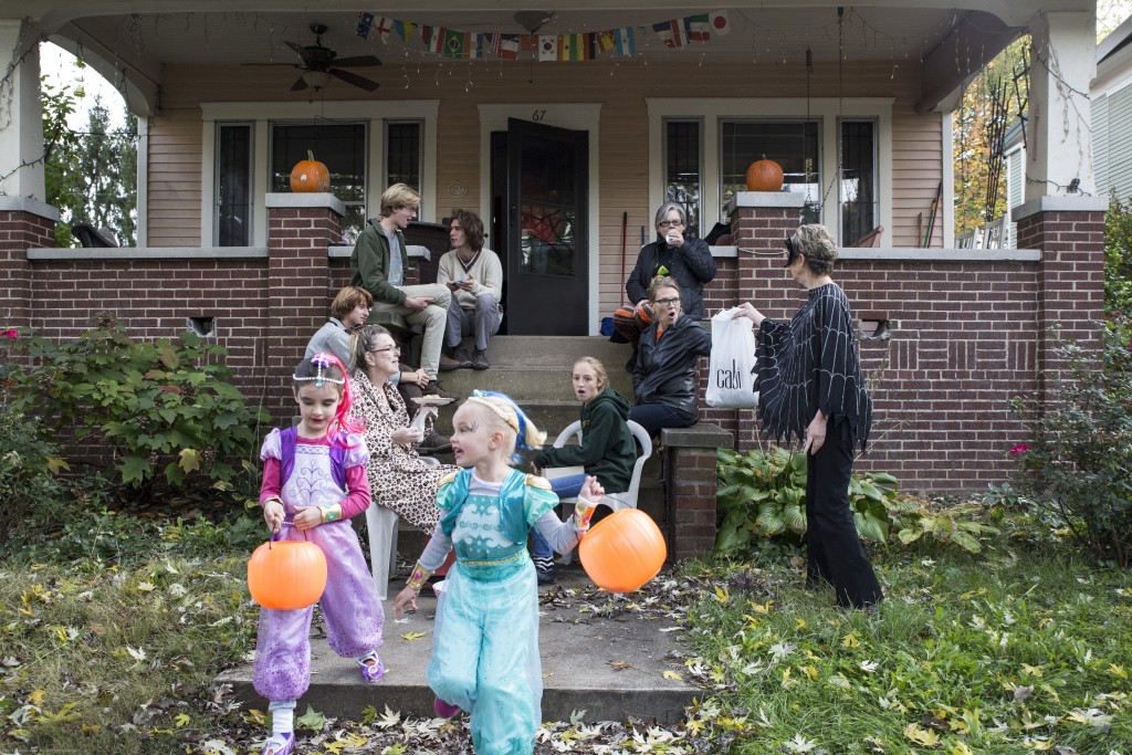 Children dress up in Halloween costumes to trick-or-treat on Morris Ave in Athens, Ohio on Oct. 26. 2017. (Wangyuxuan Xu/ WOUB)