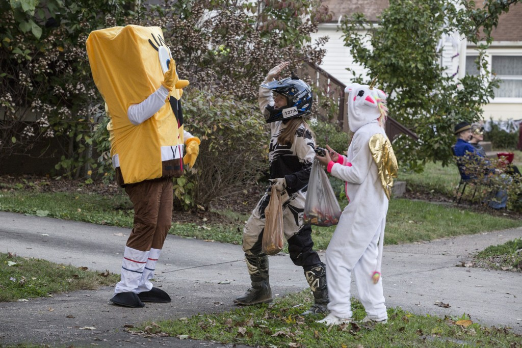 Emilee Legue (middle),14, and Ivy Meeks,14, claps with Josh Lynch, dressed as Spongebob in Athens, Ohio on Oct, 26, 2017. (Wangyuxuan Xu/ WOUB)