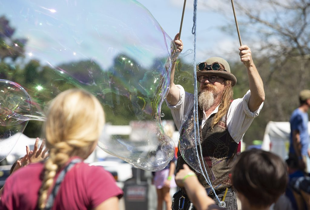 John Gradwohl, a professional bubble maker, makes bubbles at Ohio Paw Paw Festival in Albany, Ohio on Sept 15, 2018. (Yukai Peng/WOUB)