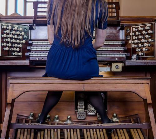 Mona Rozdestvenskyte plays the organ.